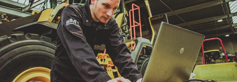 smt werknemer voert inspectie machines uit