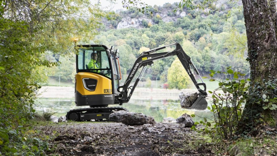 CEX ECR25 Electric 2 landscaping 06